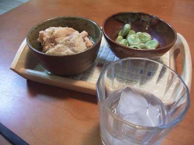 鮭の中骨缶詰と枝豆と芋焼酎